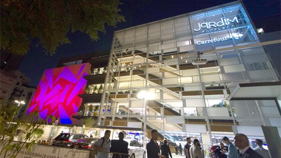 Jardim pamplona shopping facade digital animation opening ceremony night
