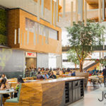 Jardim Pamplona shopping mall food court restaurants natural light green vegetation